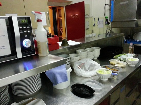 Hotel Roessli : Kitchen with microware