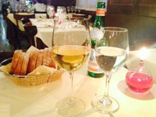 Trattoria dei Magnani Al Cantinone: Bread, wine and water