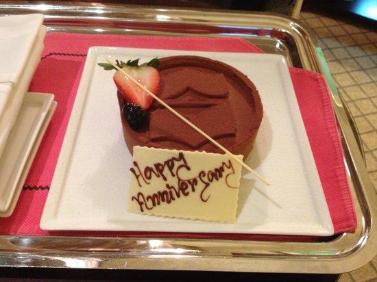 Shangri-La Hotel, Qaryat Al Beri, Abu Dhabi : Anniversary cake
