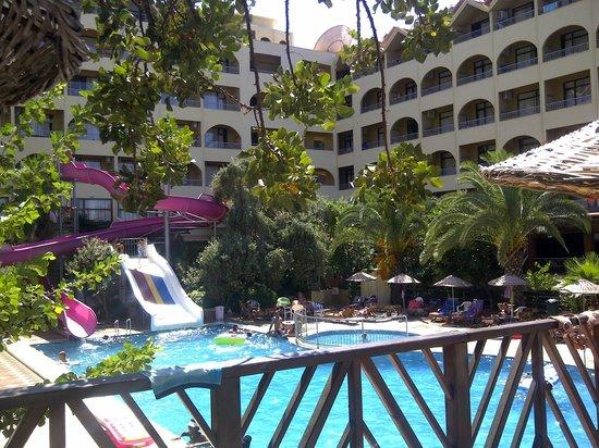 Golmar Beach Hotel : Zwembad en hotel