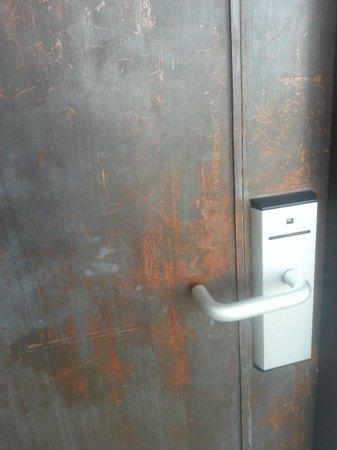 D Varee Jomtien Beach, Pattaya: Old entrance door with poor security