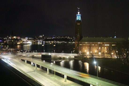 Radisson Blu Waterfront Hotel: The view from our room at night