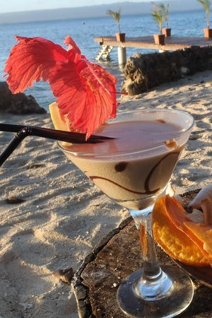 Paradise Cove Restaurant: Paradise Sunset cocktail with taro chips during happy hour