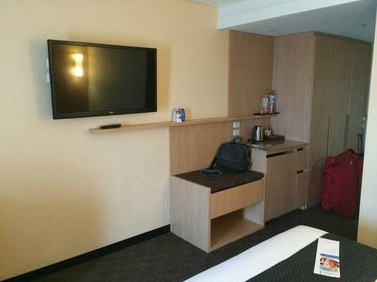 Sage Hotel Adelaide: TV with huge selection of channels