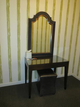 Kimpton Topaz Hotel : Dressing table/area outside bathroom