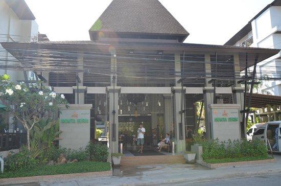 Ananta Burin Resort: Hotel entrance & lobby
