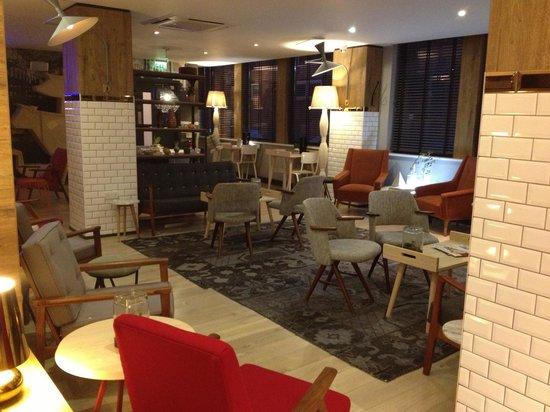 Qbic Hotel London City : Le salon
