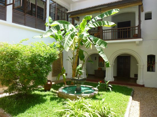 Old Harbour Hotel: hotel inner courtyard