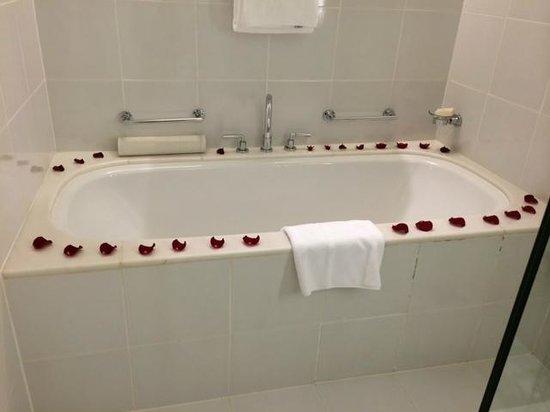 Fairmont Singapore: the bathtub