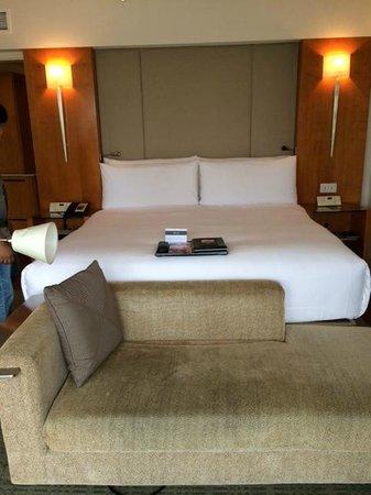 Fairmont Singapore: king sized bed