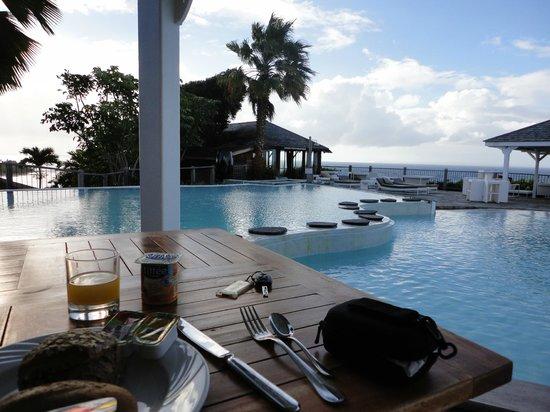 La Toubana Hotel & Spa: Petit-déjeuner au bord de la piscine et vue sur mer