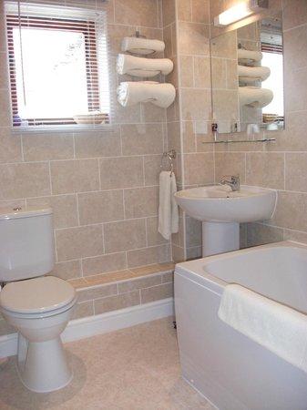 Holly Grange Guest House: En-suite bathroom for super king size room