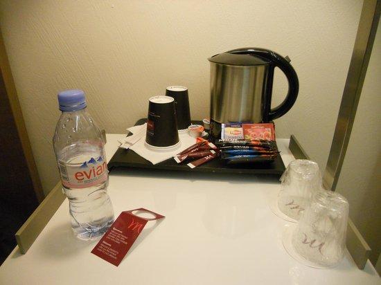Mercure Toulouse Wilson : Bandeja de cortesía. Café y té. Y agua.