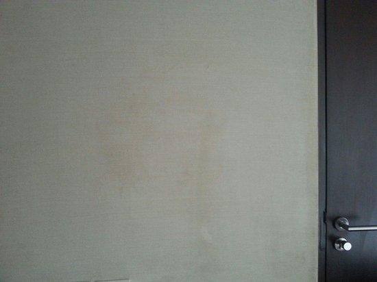Holiday Inn Bangkok : Stains on walls