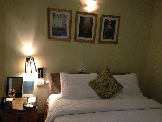 Asean Hotel: 狭い部屋に大きなベッド