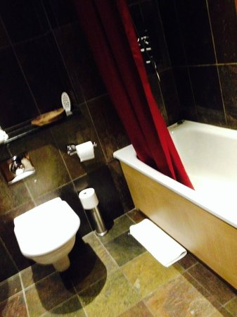 Legh Arms: Clean bathroom