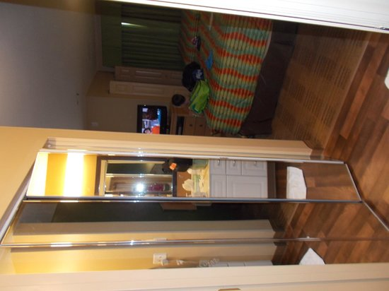 Extended Stay America - Orlando - Lake Buena Vista : room wardrobe doors