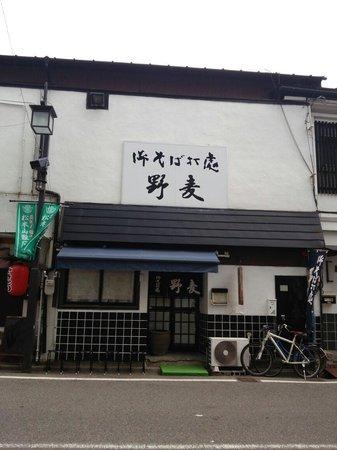 Nomugi : 四柱神社の前の小さい橋を渡りそのまま直進。しばらく歩くと左手にあります。