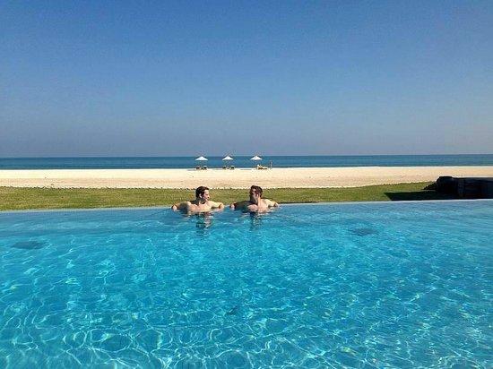 Anantara Sir Bani Yas Island Al Yamm Villa Resort: Mainpool - soweit das Auge blickt allein allein :-)