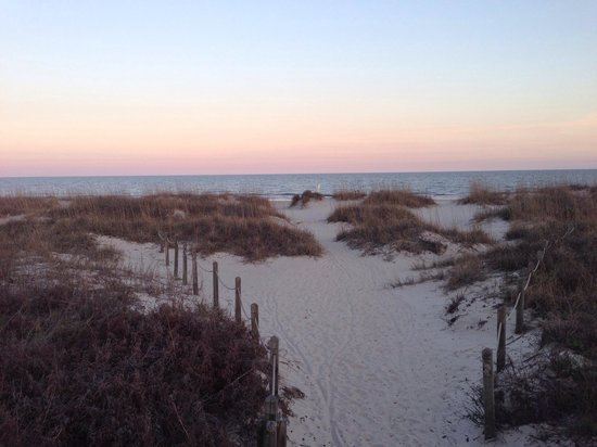 Hilton Head Island Beach & Tennis Resort: A Walk from the resort to the beach.