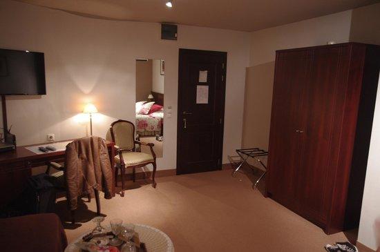 Hotel Prelude: Bureau