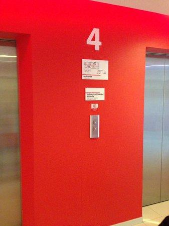 Red Planet Asoke, Bangkok: Depan lift