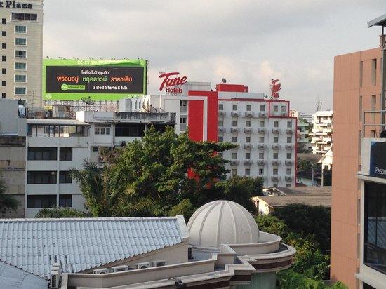 Red Planet Asoke, Bangkok: Tune Hotel Asoke dari BTS sudah terlihat