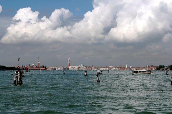 Hotel Sorriso: Вид с пристани на Венецию