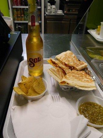 Mexillico : Mon repas: quesadillas , nachos, bière Sol!