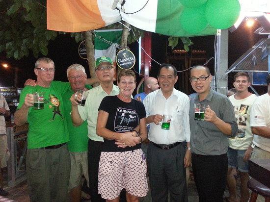Gilligan's Ireland: 17 March Green Beer Day