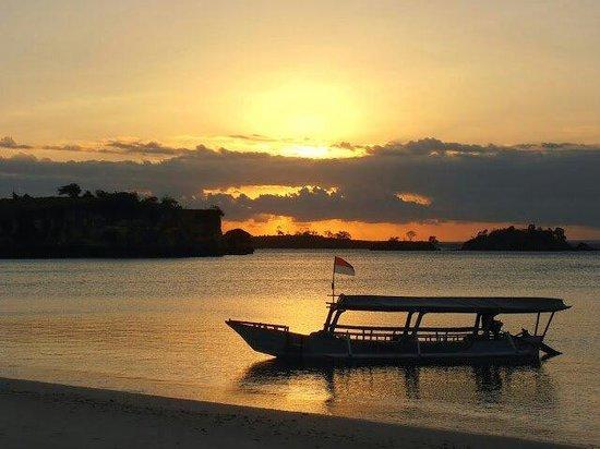 Pink Beach: Pantai pink sunset view ...
