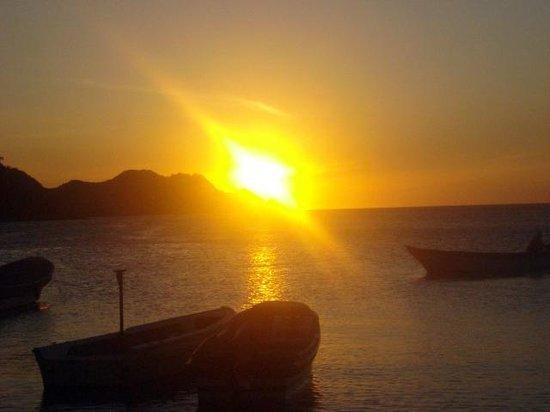 Playa Grande: in pochi secondi scompare il sole sulla baia di taganga