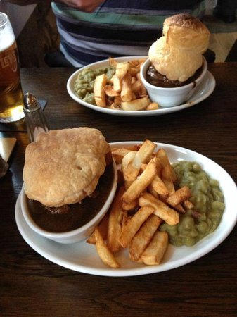The Old Scalby Mills: Steak and Ale pie with real chips!