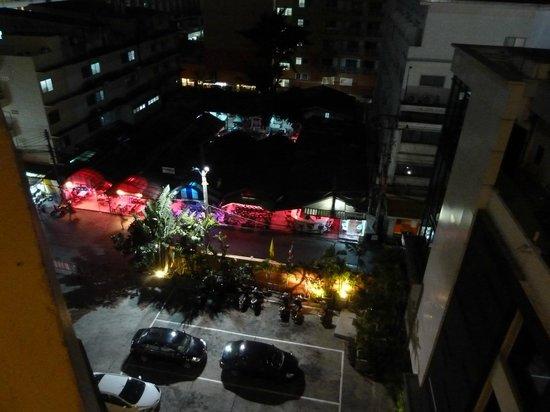 Sunbeam Hotel Pattaya: 敷地外のビアバー