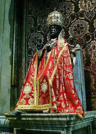 St. Peter Enthroned: San Pietro rivestito degli antichi abiti pontificali nel giorno della Sua festa