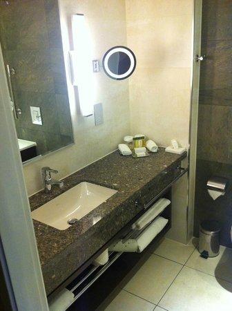 DoubleTree by Hilton London Victoria: Bathroom