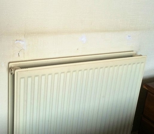 Royal Court Hotel - Coventry: Radiator in room