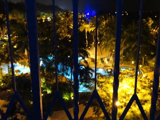 Shangri-La's Rasa Sentosa Resort & Spa : pool at night time