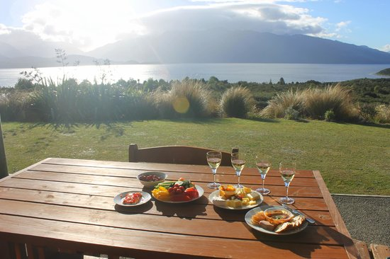 Loch Vista Lakeview Accommodation: Our lovely pre-dinner spread on the patio with a breathtaking view of lake