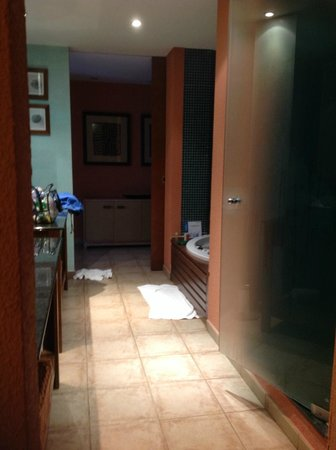 Hesperia Lanzarote: Huge bathroom