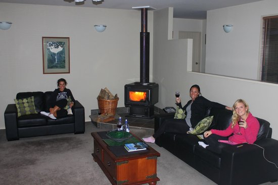 Loch Vista Lakeview Accommodation : Enjoying some wine by the fire