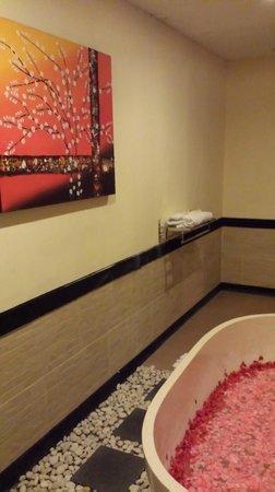 Ashoka Tree Resort Ubud: Bathtub of fresh roses..