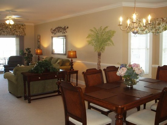 Myrtlewood Villas: Living/dining with palm tree mural