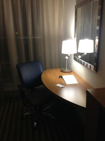 Hampton by Hilton Warsaw Airport: desk at the room