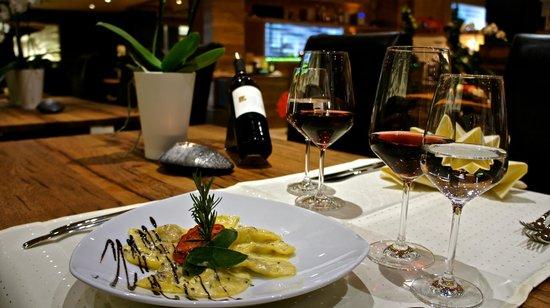 Lounge 1411 alt.: dining