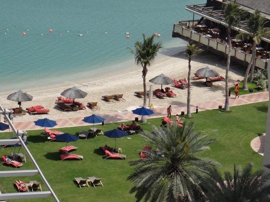 Beach Rotana: Вид на пляж из нашего номера