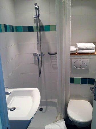 hôtel des jardins : salle de bain