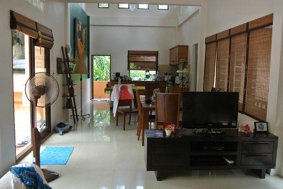 Silent Palm Taling Ngam: Огромная кухня-гостиная))