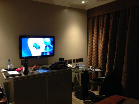 Radisson Blu Edwardian Heathrow Hotel : TV & Desk area (wine not included!)