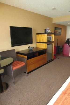 SeaCrest OceanFront Hotel : Flatscreen tv, spacious fridge and microwave